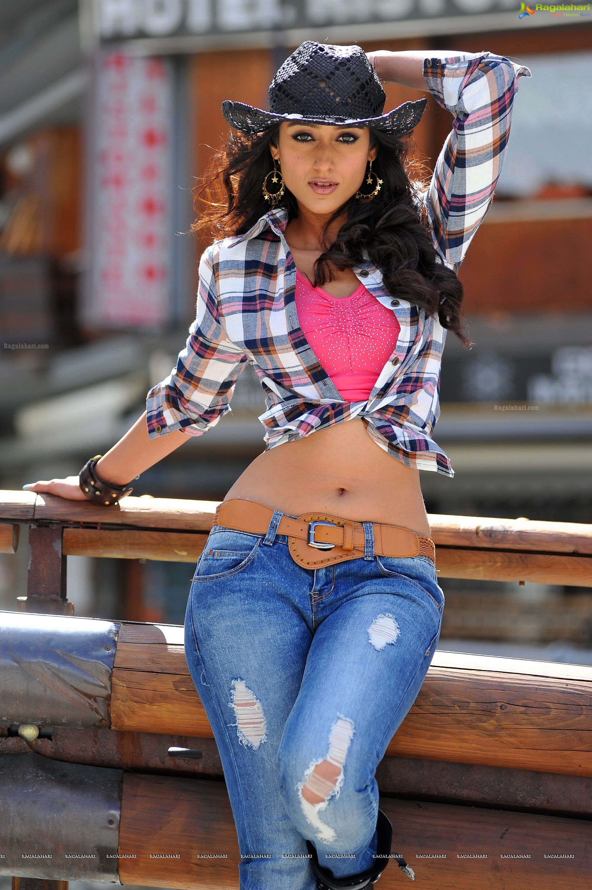 country-girl-hot-rihanna-topless-in-jeans