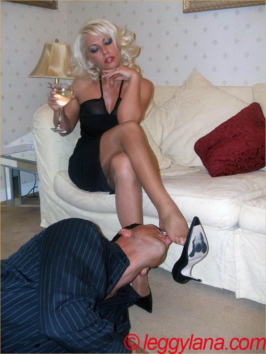 Раб целует ножки в босоножках 1 фотография