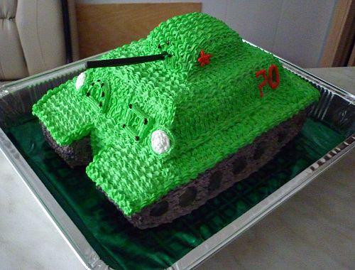 Торт танк украшенный кремом