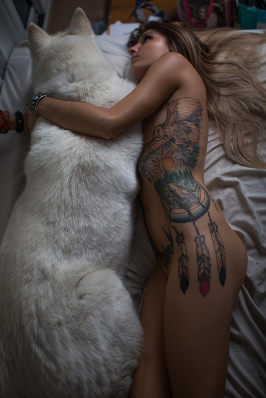 В обнимку с белым псом