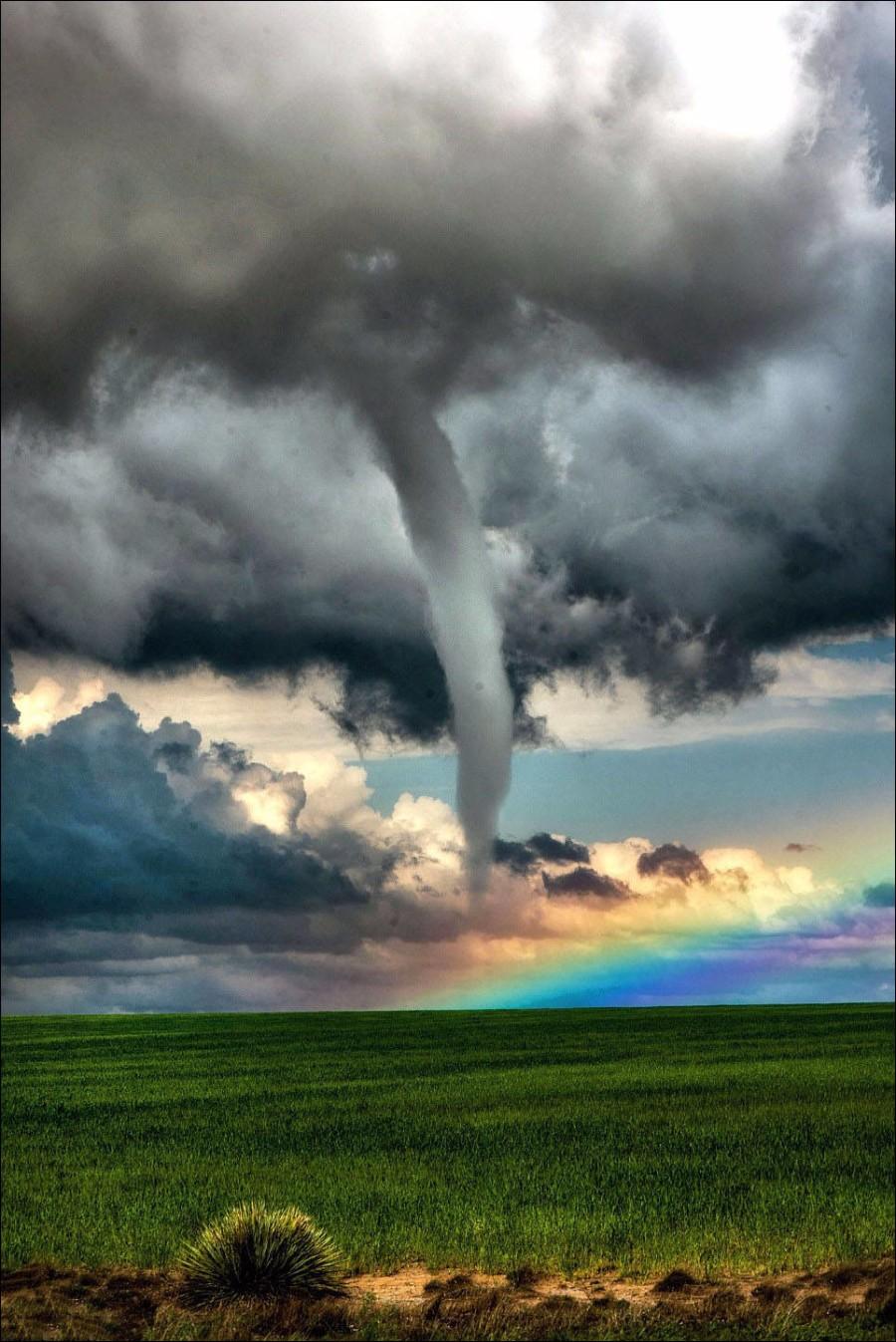 Радуга во время торнадо