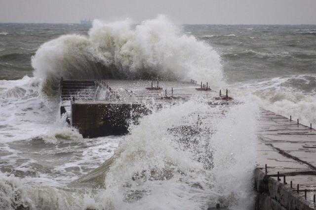 Волна унесла в океан гулявших по пляжу французских пенсионеров.