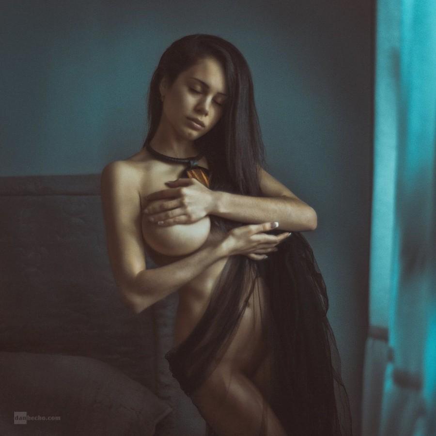 Прикрывая большую грудь