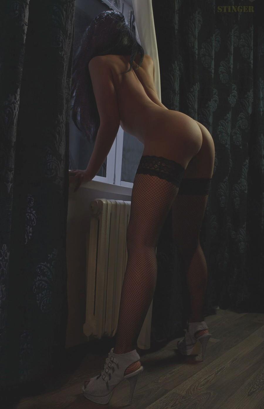 Голая у окна