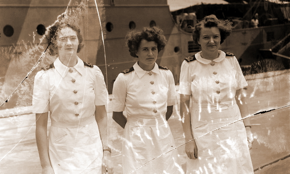 Одри Сильвия Конингхэм (в центре), офицер штаба 1-й флотилии, совершившая мужественный поступок, спасший жизнь раненому моряку (http://www.iwm.org.uk) - У восьми нянек дитя без глаза   Военно-исторический портал Warspot.ru