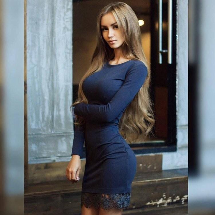 Длинные волосы и обтягивающее платье