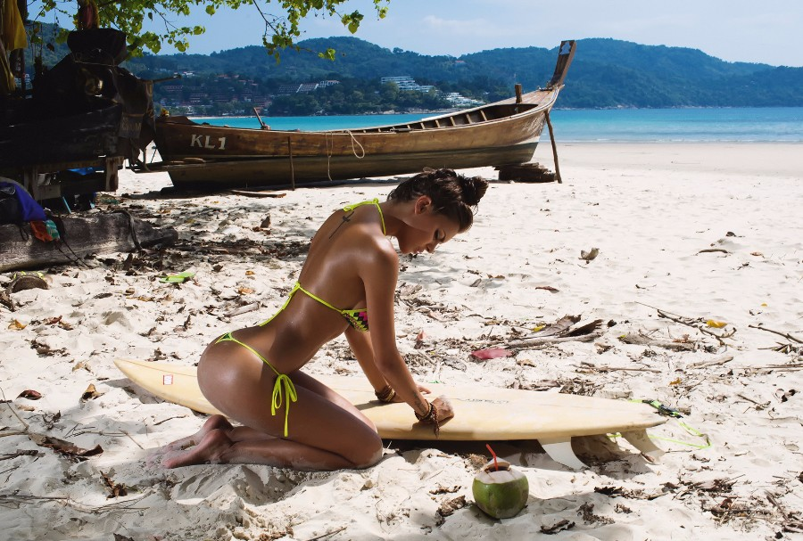 Серфингистка на пляже