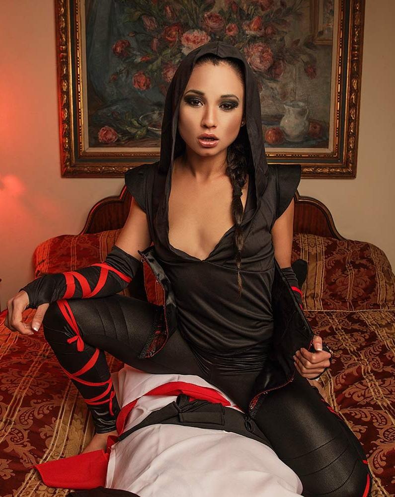 [vrcosplayx.com] Jade Presley (Assassins Breed / 323590) [2017 г., Blowjob, Brunette, Videogame, Latina, Small Tits, 1440p]