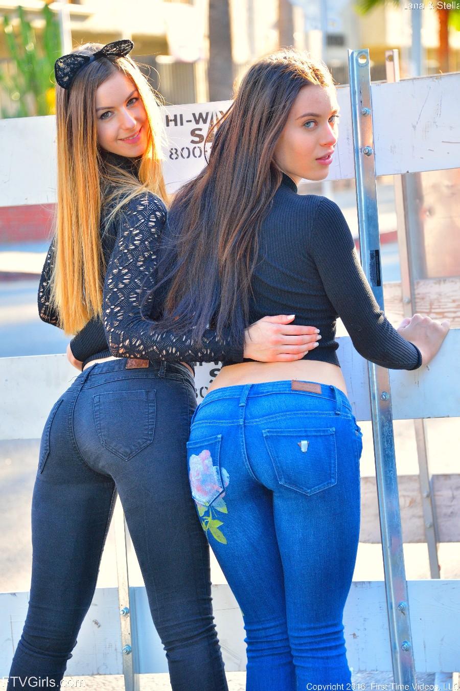 Две попки в джинсах