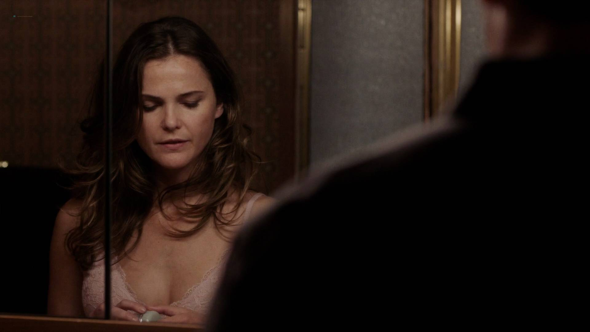 Keri-Russell-nude-butt-in-the-shower-The-Americans-2017-s5e2-HD720-1080p-00001.jpg