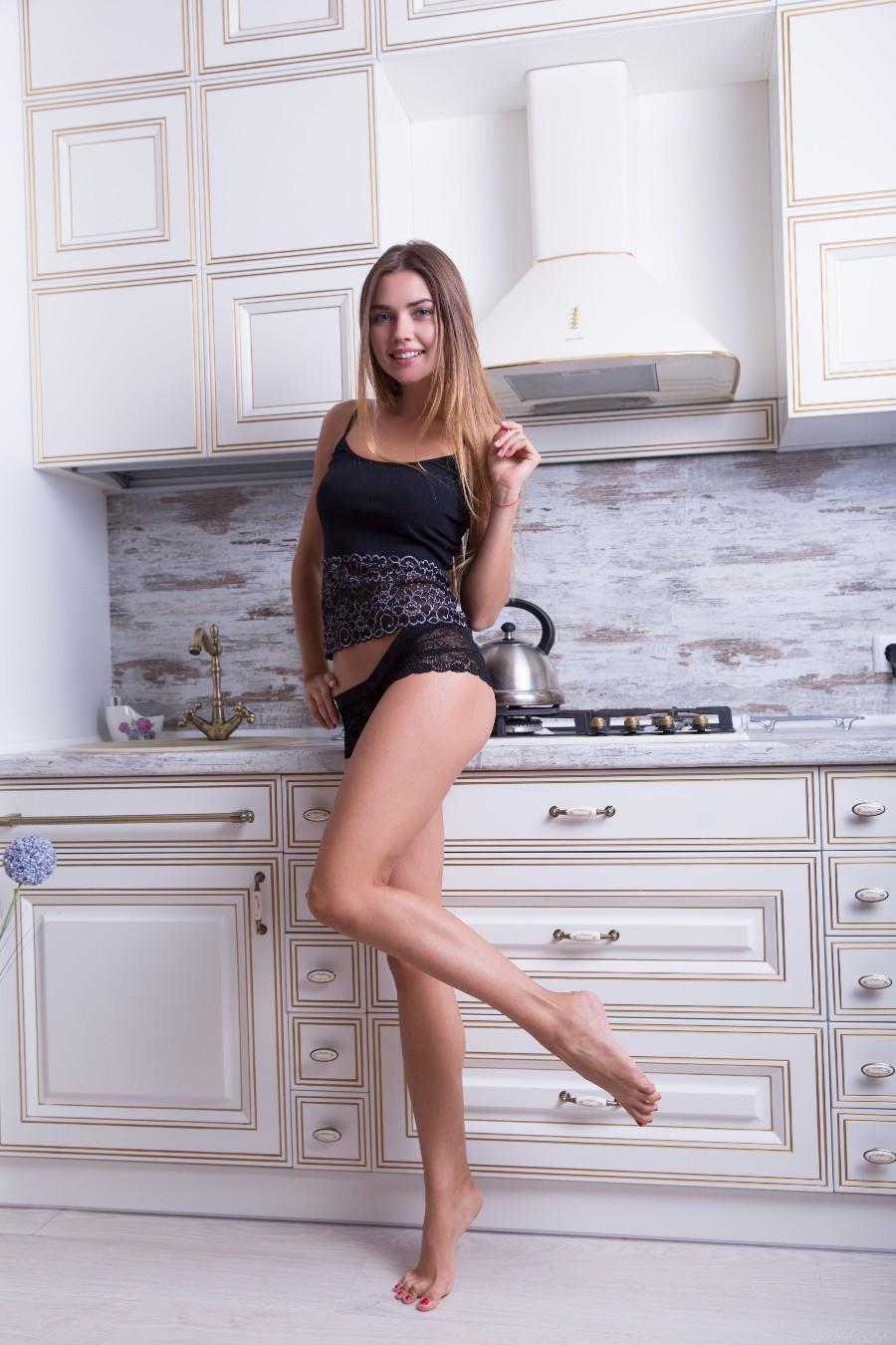 Длинноногая няша на кухне