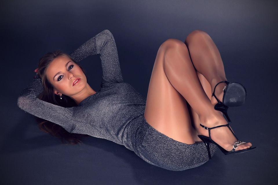 три комедийный раздвигай ножки фото девушки сексуально фотографируются