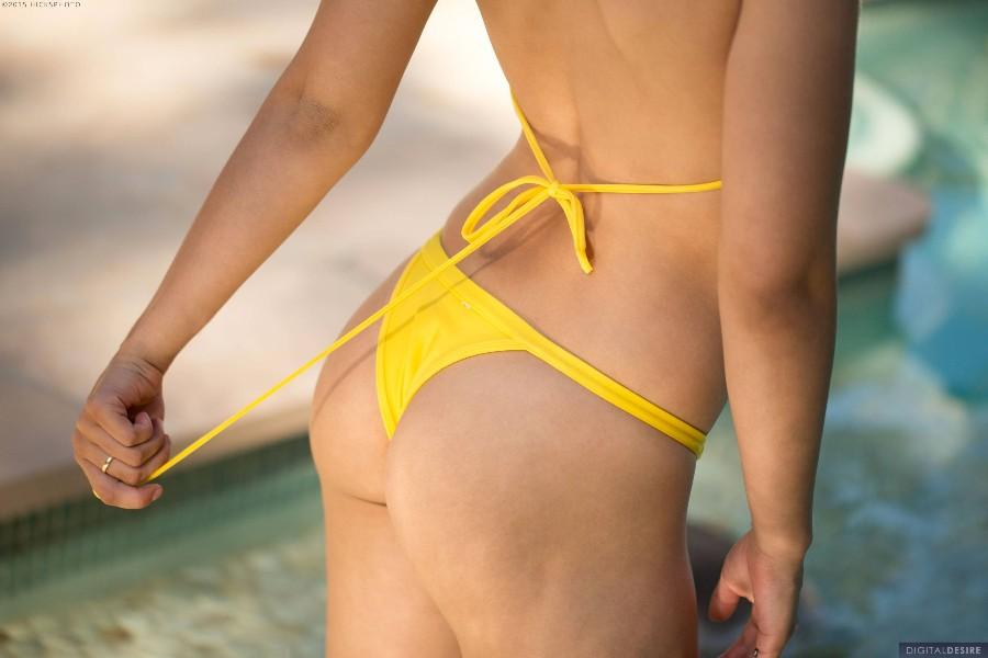 Желтый купальник