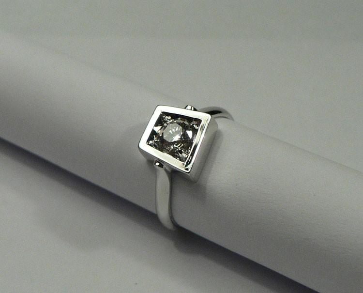 Кольцо на помолвку с бриллиантом
