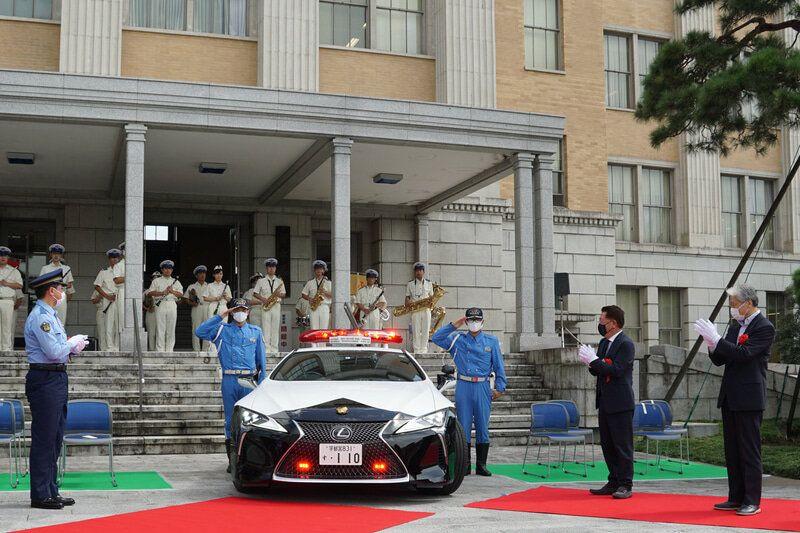 1600525541_toyota-podarila-yaponskoy-policii-patrulnyy-avtomobil-na-baze-dorogogo-kupe-lexus2.jpg