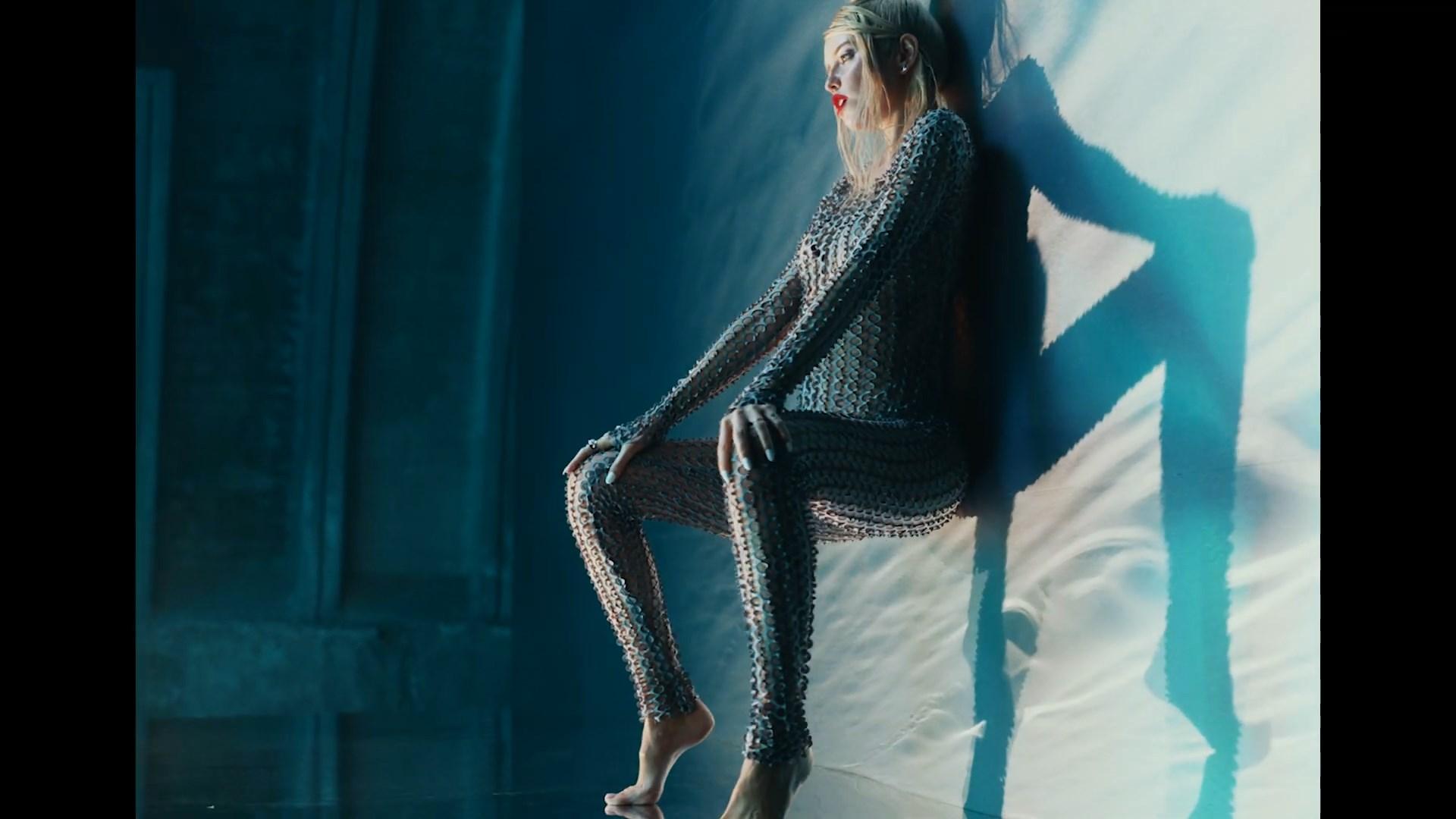 DOROFEEVA - gorit (Official Music Video).mp4_snapshot_02.21_[2020.11.19_23.19.29].jpg